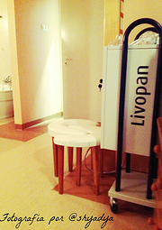 """Imagen 2. """"Livopan"""", aparataje que contiene gas de óxido nitroso, empleado de forma ocasional durante el parto. Sillas de parto """"Birth chair"""", para aquellas parturientas que quieran dar a luz sentadas"""
