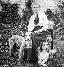 Edith Cavell con sus perros