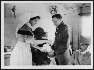 soldados británicos y franceses son atendidos en un tren ambulancia por una enfermera de la cruz roja IWW